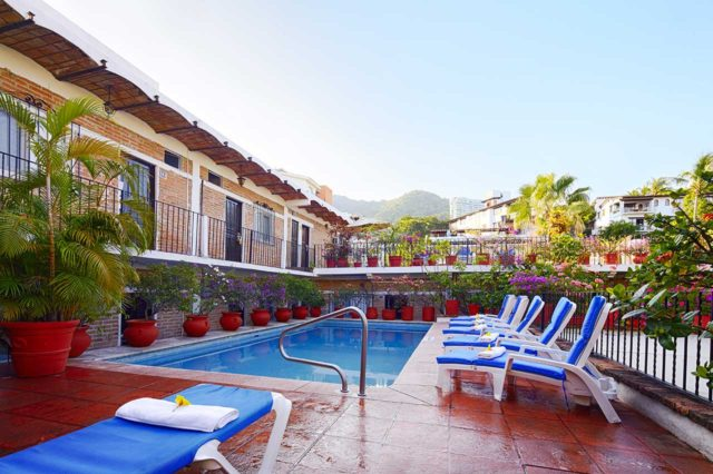 swimming-pool-day-hotel-posada-de-roger-puerto-vallarta